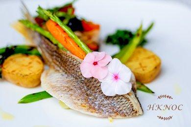 鹽焗鱸魚配紫蘇橄欖汁